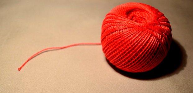 Красная нить на запястье: как завязывать и что означает