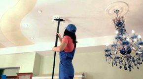 Как быстро помыть натяжной потолок — моем без разводов
