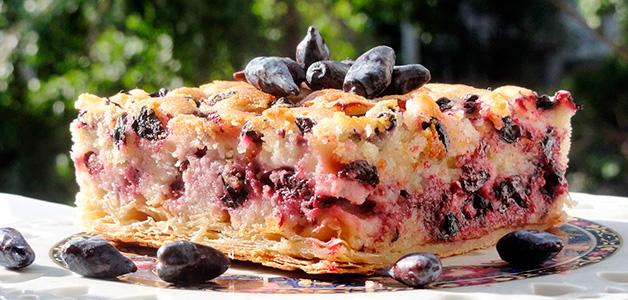 Пирог с творогом и жимолостью