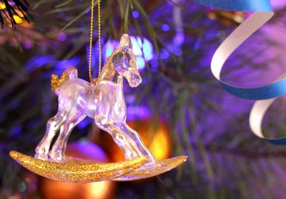 лошадь в новогодних украшениях