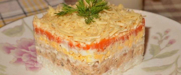 Салат с копченой рыбой горячего копчения с рисом