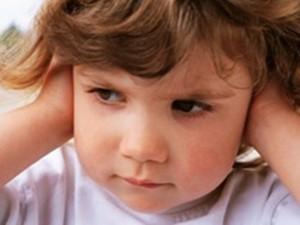 Как снять боль в ухе у ребенка