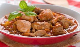 Гуляш из курицы: 5 простых рецептов