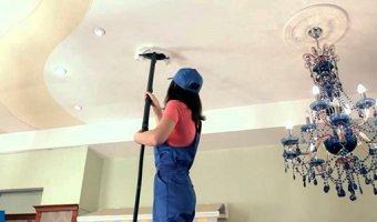 Как быстро помыть натяжной потолок – моем без разводов