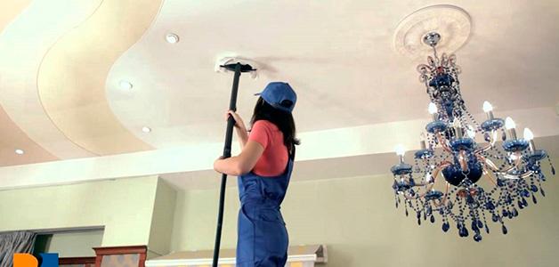 Как быстро помыть натяжной потолок - моем без разводов