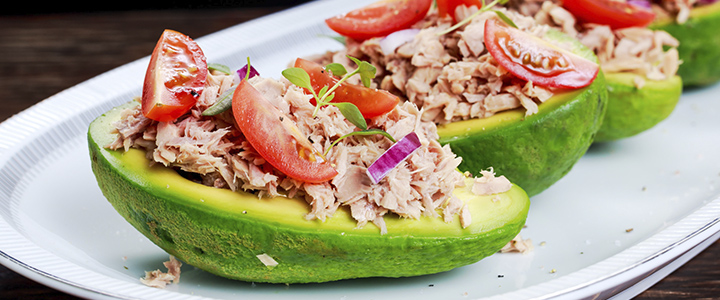 Салат авокадо с тунцом