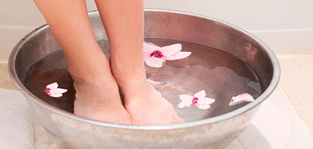 Парить ноги в горячей воде