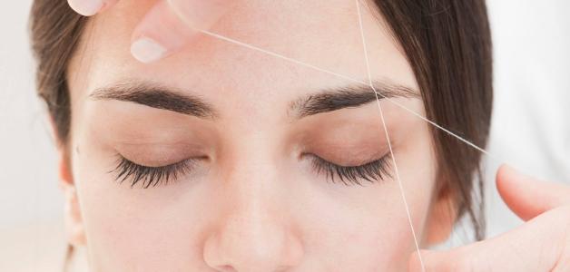 удалять волосы ниткой на лице