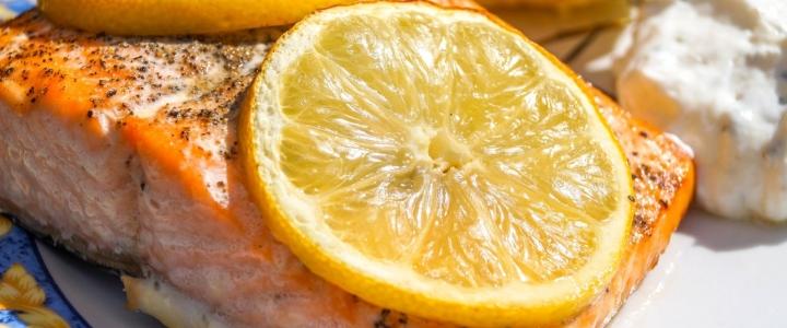 Кета в духовке с лимоном