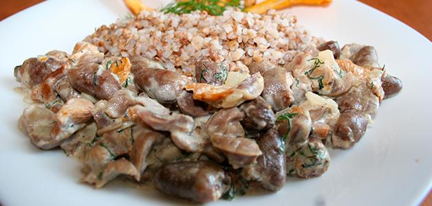 Куриные сердечки в сметане с грибами