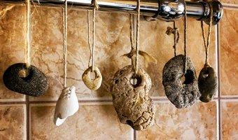 Куриный бог – как работает камень с дырочкой