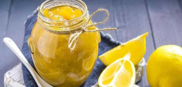 Лимон с сахаром в банке через мясорубку