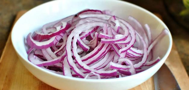 Как вкусно замариновать лук для шашлыка: 4 рецепта