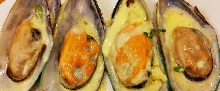 мидии в сливочно-чесночном соусе в раковинах
