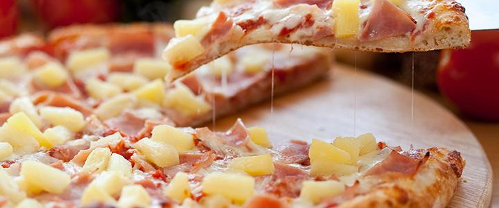 Пицца с колбасой и ананасами