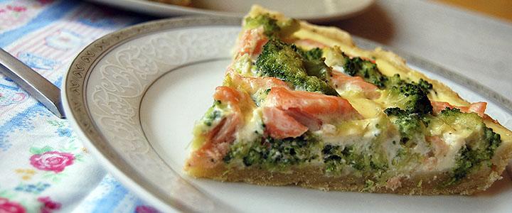 Пирог с брокколи и лососем