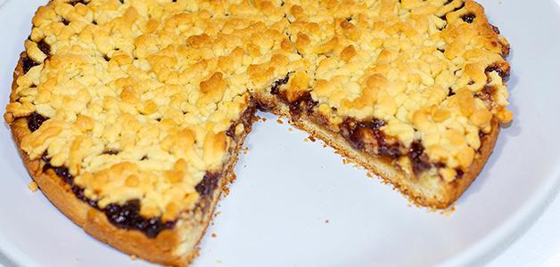 Пирог с вишневым вареньем на скорую руку