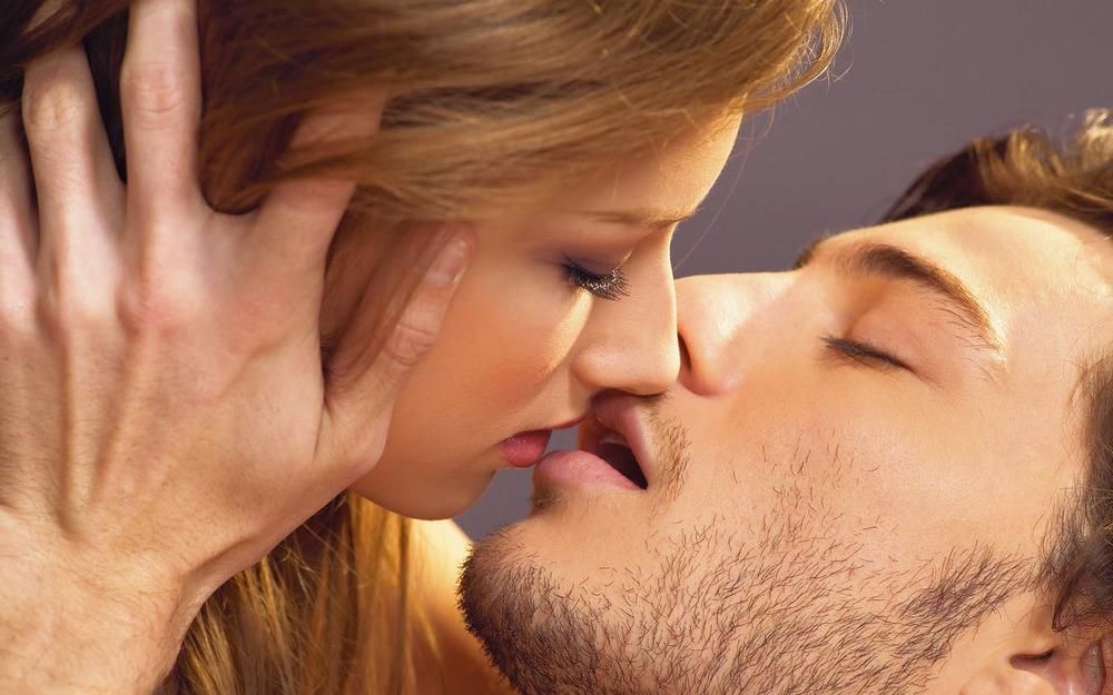 Эротичный поцелуй между мужчиной и женщиной фото фото 99-987