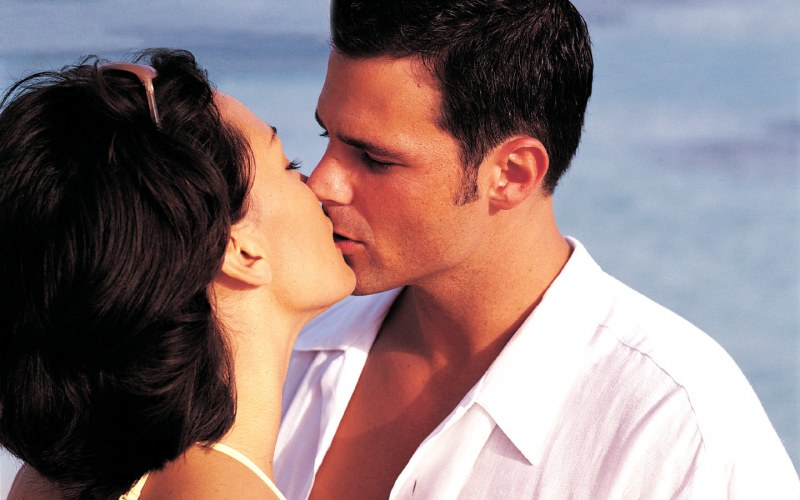 Страстный поцелуй женщины