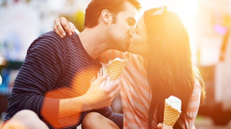 Девушка поцеловала первая