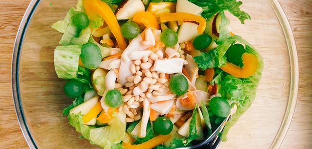 Простые и вкусные рецепты салатов с кальмарами в домашних условиях