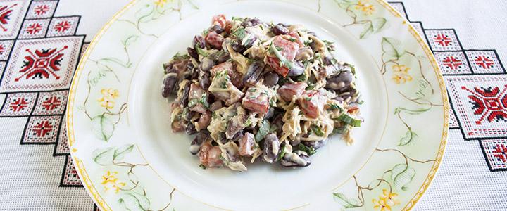 Салат с копченой колбасой и яичными блинами