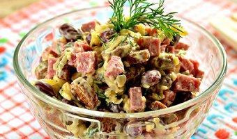 Салат с копченой колбасой – 5 простых рецептов