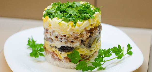 Салат копченая грудка с луком