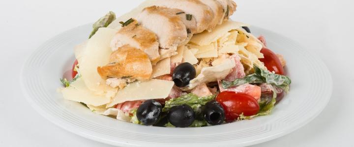 Салат с копченым сыром и помидорами