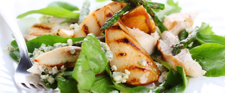 Салат из груши и копченого сыра
