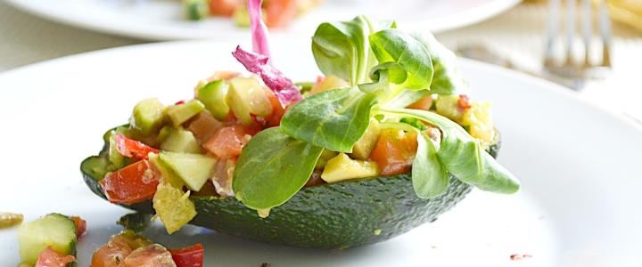салат с красной рыбой и с авокадо