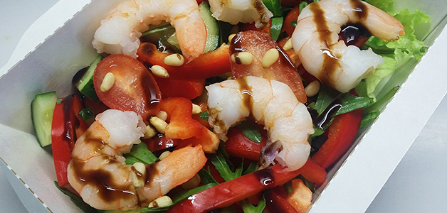 Салат с креветками и орехами