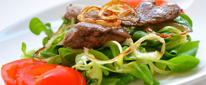 Салат с куриной печенью и огурцами