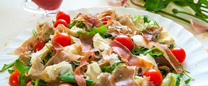 Салат с помидорами черри и курицей