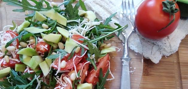 Салат с рукколой, авокадо и помидорами