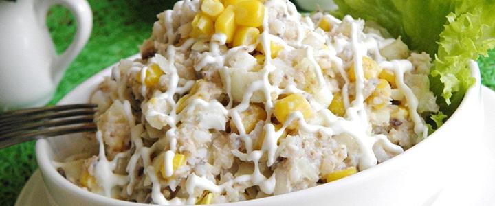 Салат с сайрой и кукурузой