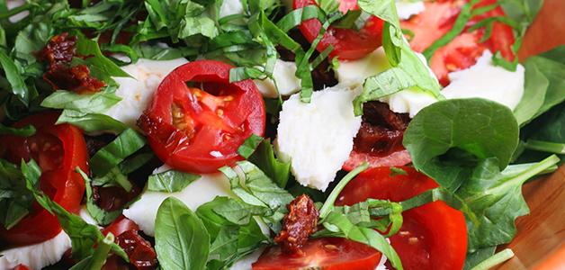 Салат с вялеными помидорами и моцареллой
