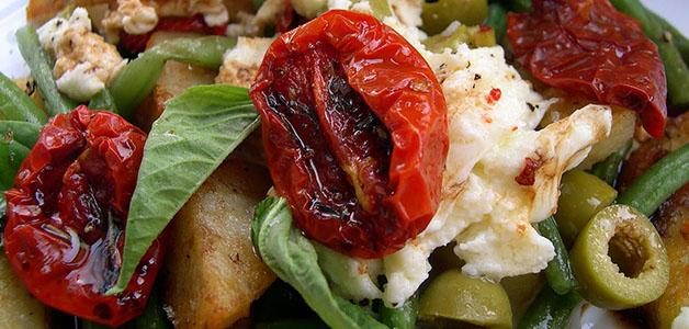 Салат с вялеными помидорами и луком
