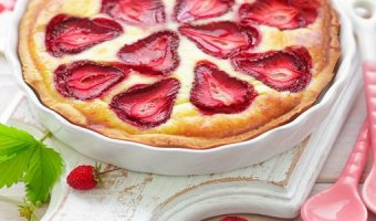 Шарлотка с клубникой – 4 рецепта ароматного пирога