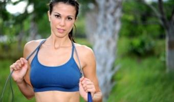 Прыжки со скакалкой – польза, противопоказания и правила