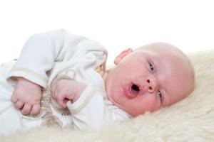 младенец срыгивает