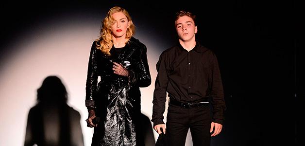 Сына Мадонны заметили употребляющим алкоголь и наркотики