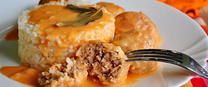 Тефтели с рисом и подливкой – 4 рецепта