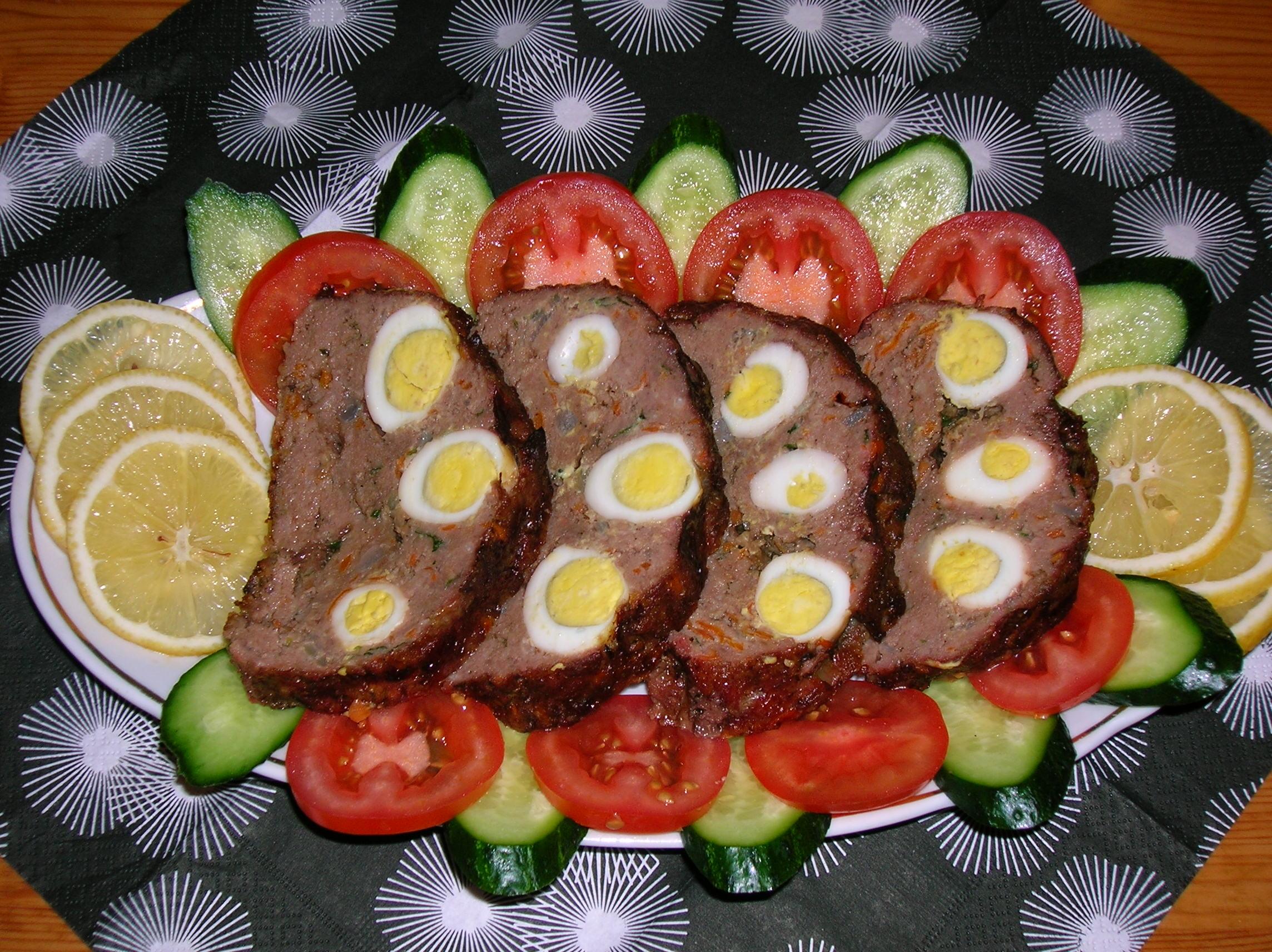 Рулет из говядины с яйцом